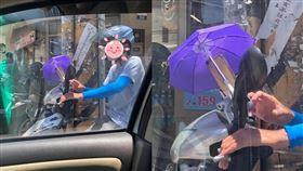 撐傘,遮陽,手機,外送(翻攝自 爆廢公社)