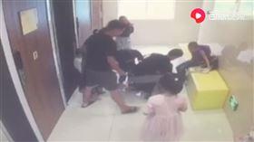 女兒和同學吵架!媽竟烙人狂毆女師…「當眾掀裙」猛踹下體(圖/翻攝自澎派新聞)