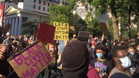 美警暴力引發示威  群眾連4天集結白宮外非裔男子遭警方壓頸致死引發全美示威抗議,大批群眾1日再次聚集在白宮外圍抗議。中央社記者江今葉華盛頓攝  109年6月2日
