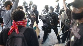 反種族歧視抗議  民眾與警方爆發衝突