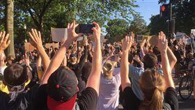 美警暴力引發示威  華府群眾大喊口號抗議非裔男子遭警方壓頸致死引發全美示威動亂,這把火也延燒至首都華府。中央社記者江今葉華盛頓攝  109年6月2日