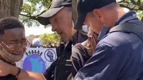 黑人少年痛哭!白人警擁抱「我們之間沒有仇恨」 單膝下跪和平對話(圖/翻攝自推特)