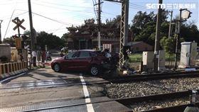 轎車闖平交道被撞 台鐵提供