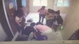 中國湖南省家長帶人衝入安親班內毆打老師