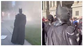▲費城市政廳前示威現場,突然出現「蝙蝠俠」。(圖/翻攝自buckscountybatman IG)