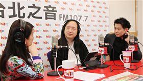 ▲政委唐鳳與政院發言人丁怡銘接受廣播專訪。(圖/Hit Fm《周玉蔻嗆新聞》製作單位提供)