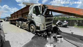 南投拖板車撞機車,騎士人車倒地遭押車底/翻攝畫面