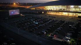 武漢肺炎疫情造成全球娛樂表演活動停擺,烏拉圭將機場航站停車場成功變身汽車電影院。(圖取自twitter.com/AeroLifeUy)