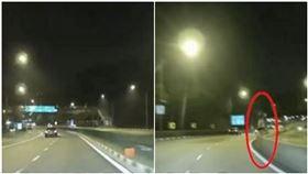 新加坡,夜路,鬼,分隔島,白衣,穿越,公路,回家(圖/翻攝自ROADS.sg臉書)