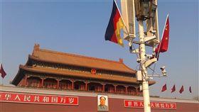 中國德國商會12日發布的調查報告顯示,超過100家在中國營運的德國企業正計劃將所有或部分業務撤出中國。圖為掛在天安門前的中、德國旗。(檔案照片/中央社/中新社)
