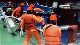 陸船囂張越界拒捕 直擊海巡霸氣驅逐(圖/翻攝畫面)