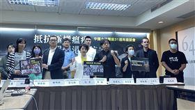 華人民主書院舉辦六四31週年紀念座談會華人民主書院3日上午舉辦「中國六四屠殺31週年座談會:抵抗極權瘟疫,聲援港人抗爭」。圖為與會人士共同高喊「極權是瘟疫,良心不是罪」口號。中央社記者賴言曦攝 109年6月3日