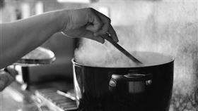 煮飯、開伙、黑白、殺人煮肉。(圖/翻攝自flickr)