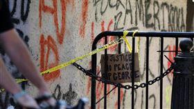 美警暴力引發民眾怒火  華府示威恐持續非裔男子佛洛伊德5月25日遭一名白人員警壓頸致死,在美國多處引發示威動亂。有抗議民眾在白宮附近牆面留下「你的手上沾滿鮮血」的塗鴉。中央社記者徐薇婷華盛頓攝  109年6月2日