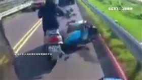 騎士貨車旁硬要鑽?! 連人帶車重摔鏟飛後車