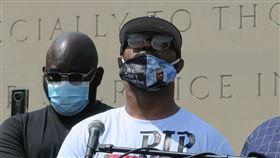 非裔男佛洛伊德喪命  胞弟呼籲和平示威美國非裔男子佛洛伊德死於白人警察之手,胞弟泰倫斯(圖)美東時間4日出席紐約追悼活動,呼籲和平示威、賦權與民。中央社記者尹俊傑紐約攝  109年6月5日