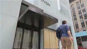 疫情與示威潮夾擊  美國就業市場復甦艱困美國勞工部4日公布,全美近2150萬人接受失業補助,就業市場復甦充滿挑戰。圖為曼哈頓第五大道暫時停業的路易威登門市在櫥窗內架上木板,以防暴徒破壞。中央社記者尹俊傑紐約攝  109年6月4日