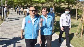 韓國瑜視察綠園道工程美術館段,感謝團隊縫合都市空間(圖/高雄市政府)