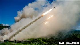 上述為國軍本週於屏東九鵬地區實施飛彈射擊照、影片,計有拖式飛彈、刺針飛彈、復仇者飛彈系統及雷霆2000火箭等武器裝備,提供各位参考運用。 國防部提供