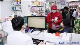 口罩實名制上路,民眾在康杏藥局排隊搶買口罩,系統出現當機。(圖/記者林聖凱攝影)