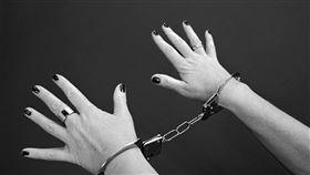 ▲性侵,手銬,SM,性虐待,虐待。(示意圖/翻攝自Pixabay)
