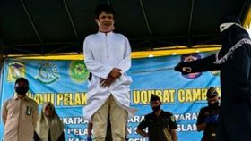 ▲印尼亞齊省一對年輕男女被鞭刑。(圖/翻攝自IG)