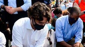 加拿大總理杜魯道今天意外現身加拿大國會前的抗議活動,加入現場數以千計的群眾一起單膝跪地。(圖/翻攝自CBC News YouTube頻道)
