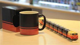 6月9日鐵路節,台鐵推出的2款全新周邊商品「鳴日號馬克杯」以及「鳴日號觀光迴力列車」。(圖/台鐵局提供)