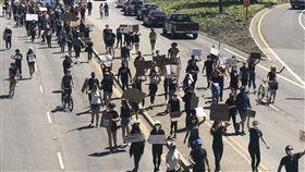 反歧視抗議延燒舊金山  民眾上街訴求改革美國非裔男子佛洛伊德之死引發全美各地示威潮,舊金山矽谷巴羅艾托6日舉行和平示威活動,千人走上汽車通行的主要幹道上,經過的車輛大鳴喇叭表示支持。中央社記者周世惠舊金山攝 109年6月7日