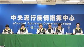 連56天無本土武漢肺炎病例 僅剩6人隔離中央流行疫情指揮中心指揮官陳時中(前中)宣布,台灣7日沒有新增武漢肺炎(2019冠狀病毒疾病,COVID-19)確診個案,已連續56天沒有本土病例,430人解除隔離,僅剩6人還在隔離。(中央流行疫情指揮中心提供)中央社 109年6月7日
