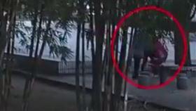 53歲大媽勸架…反遭9歲男童爆打 倒地身亡(圖/翻攝自微博)