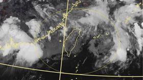 氣象局代理局長鄭明典臉書發文提醒,午後台灣上空對流會再明顯發展起來。(圖/翻攝鄭明典臉書)