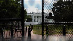 防堵示威群眾 白宮外築起高柵欄非裔男子佛洛伊德之死在全美引發示威抗議,這把火5月底也燒至首都華府。白宮外圍近日築起高柵欄,以防示威群眾闖入。中央社記者徐薇婷華盛頓攝 109年6月6日