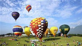 台東一年一度國際知名的「熱氣球嘉年華」,可於鹿野高台搭乘熱氣球飽覽縱谷風光。(圖/雄獅提供)