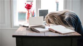 女子趴在桌上,書桌。(圖/翻攝自Pexels)