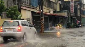 雨彈狂炸馬路淹成河!彰化彰員路封閉(圖/翻攝畫面)