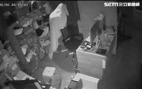 男披被單偷精品店 頂頭亮光露餡…偷兒竟是自家員工(圖/翻攝畫面)