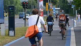 德國哥廷根自行車快速道路德國城市一般有完整的自行車道規劃,圖為哥廷根自行車快速道路,最早的一段於2013年完工。(德國自行車俱樂部ADFC提供)中央社記者林育立柏林傳真  109年6月9日
