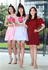 王宇婕獻花給「天之驕女」飾演連體雙胞胎林萱瑜、曾智希。(記者邱榮吉/攝影)