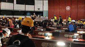 香港示威者撬開立法會鐵門 占領議場反對逃犯條例修訂的香港民眾1日持續抗爭,示威群眾晚間撬開立法會的鐵門,占領議場。中央社記者張謙香港攝  108年7月1日