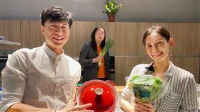 袁艾菲與老公老魚聯手下廚,唐鳳突然驚喜亂入。(圖/風雅國際娛樂)