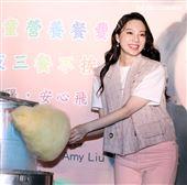 歌壇新人Amy Liu幫助貧困兒童遠離飢餓,和弱勢兒童一起作天空棉花糖。(記者邱榮吉/攝影)
