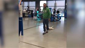 ▲主人Silvio拖著Sparky,在大賣場中「遛狗」。(圖/AP/Caters TV 授權)