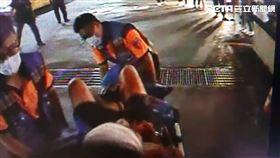台南知名科技大學黃姓男大生遭情敵砍成重傷送醫。(圖/翻攝畫面)