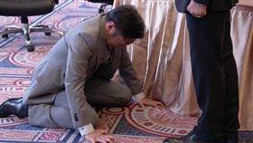 《半澤直樹》中讓上司與大和田常務下跪的那一幕讓人痛快。(圖/翻攝自TBS)