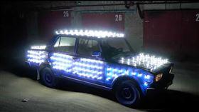 ▲戰鬥民族將轎車裝上300個LED燈泡(圖/翻攝自Garage 54 Youtube)