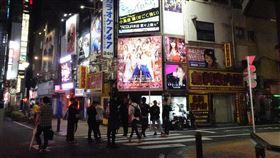 緊急事態宣言解除後 東京鬧區夜晚人大增東京在5月25日解除緊急事態宣言後,新宿歌舞伎町鬧區人潮漸多。近日武漢肺炎確診病例增,東京都知事小池百合子呼籲市民夜間盡量少外出。中央社記者楊明珠東京攝 109年6月2日