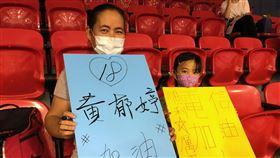 WSBL開放觀眾入場 球迷興奮力挺(1)全台防疫大解封後,第15季女子超級籃球聯賽(WSBL)11日起也開放球迷進場,中華電信女籃隊球員黃郁婷的媽媽李素琴(左)特地帶著自製加油看板,與小女兒一同到場看球。中央社記者黃巧雯攝 109年6月11日