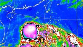 鄭明典發文表示今年編號第2號熱帶性低氣壓西側對流爆發。(圖/翻攝自鄭明典臉書)