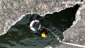 台南市江姓釣客踩破過水便橋墜溪,友人機警拋繩才獲救。(圖/翻攝畫面)